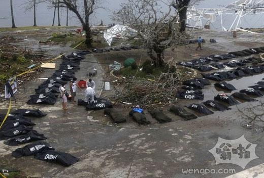 堆在街头的尸体作为临时殓房溢出和菲律宾的台风救援队警告死亡人数将急剧上升,从10000已经证实