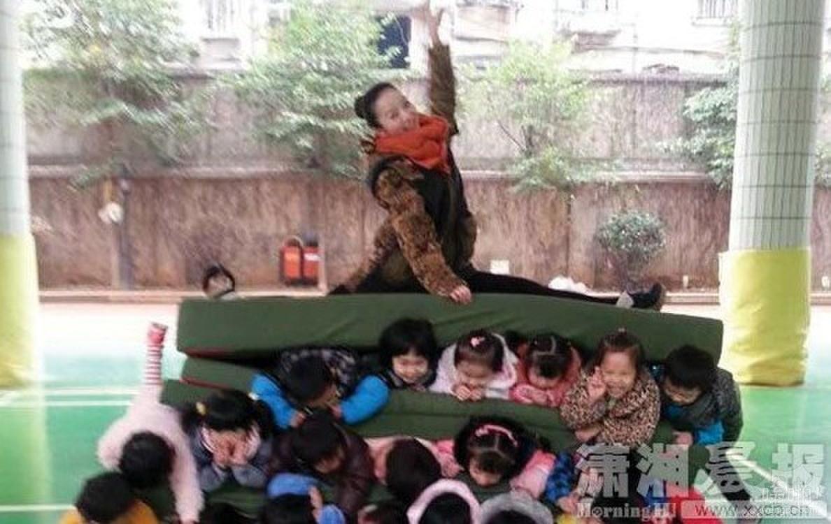 """幼儿园课孩子们成""""汉堡包""""夹心"""