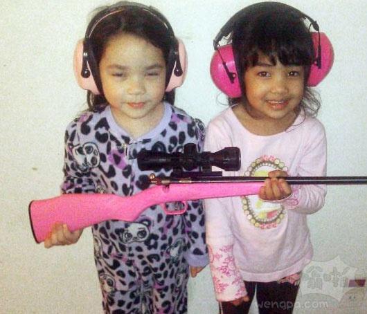 兄弟姐妹们的…武器:华盛顿的父亲装备他的十岁的女儿和她的兄弟姐妹 她们拥有半自动与粉红色的猎枪出于绑架的恐惧
