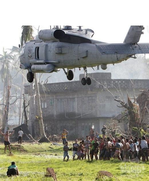 美军向菲律宾灾区空投物资引灾民争抢
