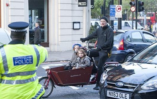 """""""我知道我在做什么"""":父亲停止了他的两个年幼的孩子有学上摇摇晃晃的""""独轮车自行车的坚持,他并没有把他们处于危险中"""