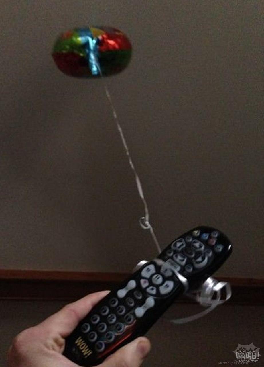 我的妈妈发现了一种永远不会再找不到遥控器的方法。