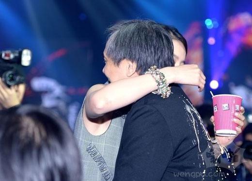 《四大名捕2》刘亦菲熊抱导演 咖啡尴尬洒一背