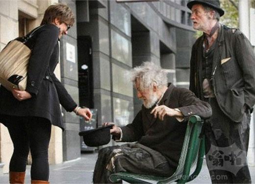 英国知名演员伊恩·麦凯伦拍戏期间,被路人误以为是乞丐并施舍