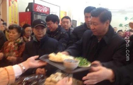 今天中午,多位网友微博爆料,在北京月坛路的庆丰包子铺碰见前来就餐的习大大。【内页视频】
