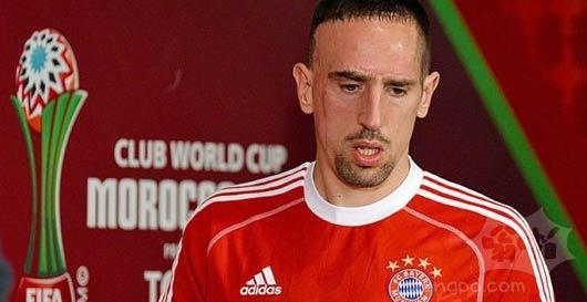里贝里出席拜仁赛前发布会 表情严峻
