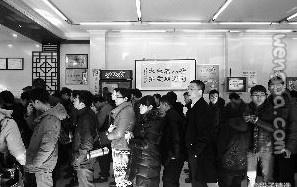 庆丰包子铺门口排起了长队,人们认为那是全北京唯一安全的食品。