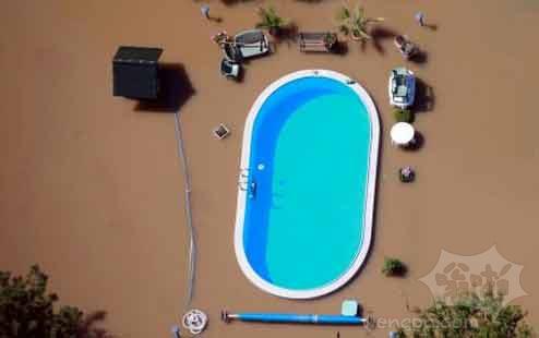 洪水中的游泳池