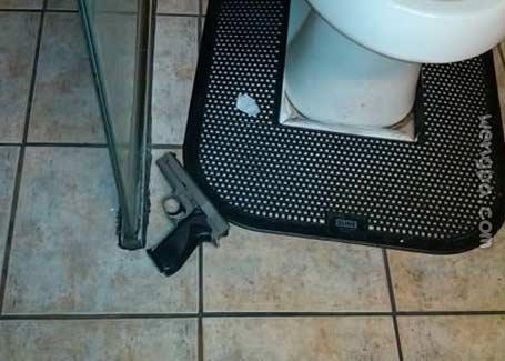 去上厕所 只是地上有把上了膛的枪。。