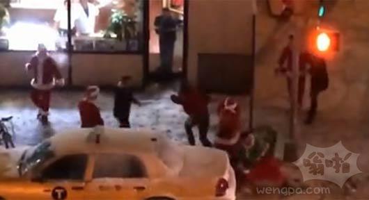 """喝醉""""圣诞老人""""纽约街头群殴"""