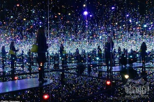 成千上万的排队抢购在纽约画廊的无限镜像房星空照片