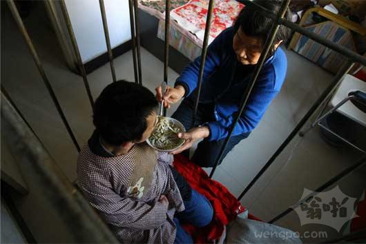 男子染病成癫痫病人 母亲笼中喂养47年