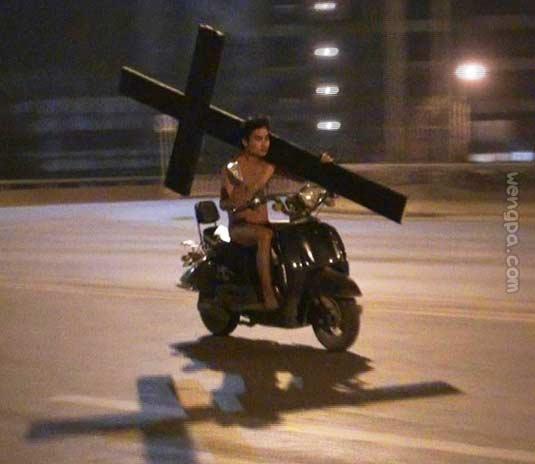 您这十字架背的也太轻松了吧