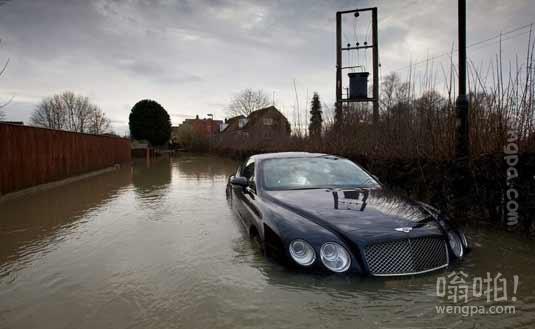 曾经中了彩票头等大奖的罗伯特-约翰逊花10万英镑买回来的宾利车报销了。