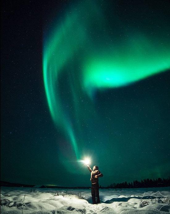 """自然的神奇:斯塔盖泽在芬兰在""""极光区""""高高举起一个闪闪发光的球体"""