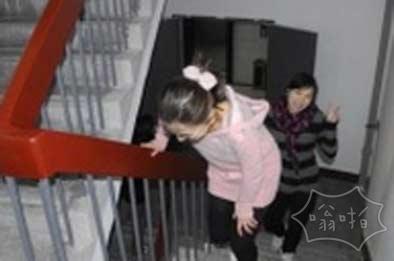 电梯罢工一月多 大妈爬楼怒减七八斤