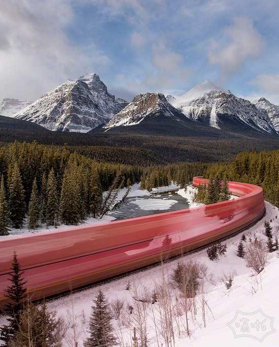 长时间曝光的照片,一列火车咆哮通过加拿大落基山脉