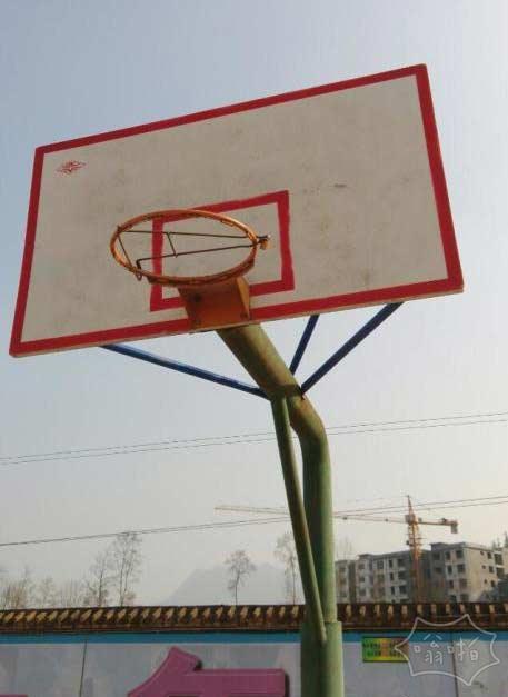 学校真小气,一到假期就锁住了篮球架。