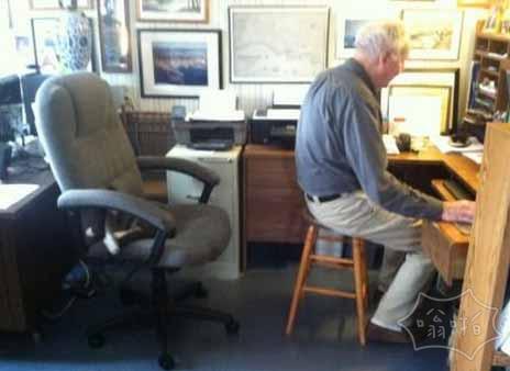 """""""为什么你不干脆把猫从你的椅子上弄走?"""" """"好吧,我不希望她恨我。"""""""