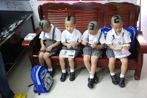 """深圳宝安区石岩街道的四胞胎兄弟今年6岁了,他们开始上小学一年级,为了便于老师和同学区分,妈妈谭超云把四人发型按照出生次序,剪成了数字""""1、2、3、4""""形状。"""