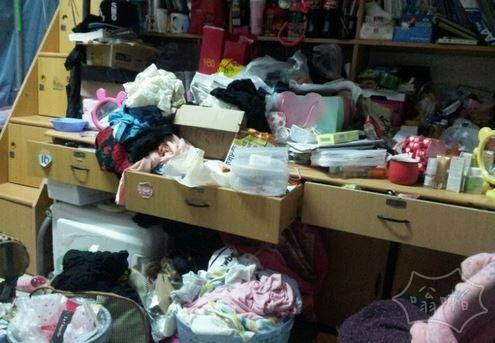 女生宿舍的桌子….