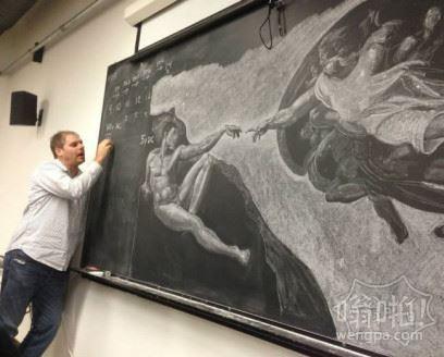 老师舍不得擦掉,只好缩在一边讲课