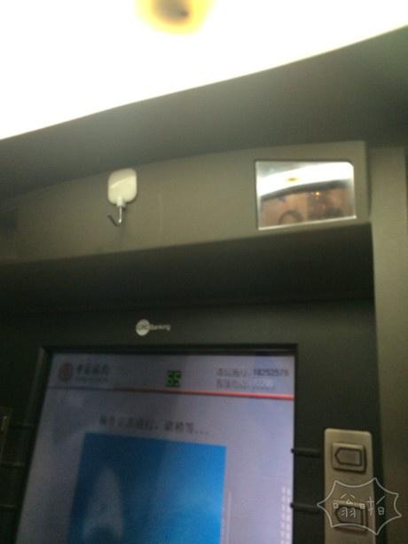 贴心ATM机自带挂钩 再也不会累
