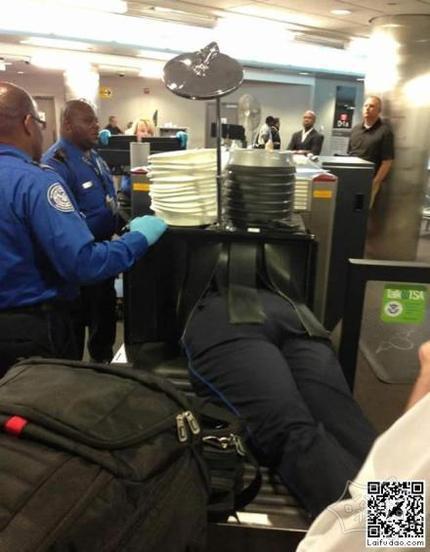 机场安检搞笑图片 在机场第一次看见这样过安检的