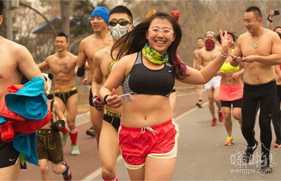 """北京""""光猪跑""""遇重霾天 选手戴防毒面具参赛<找亮点>"""