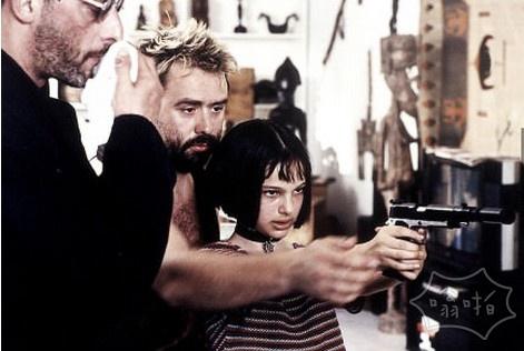12年岁的娜塔莉·波特曼学习如何瞄准