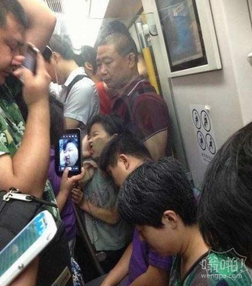 胖妹挤北京地铁的惨样