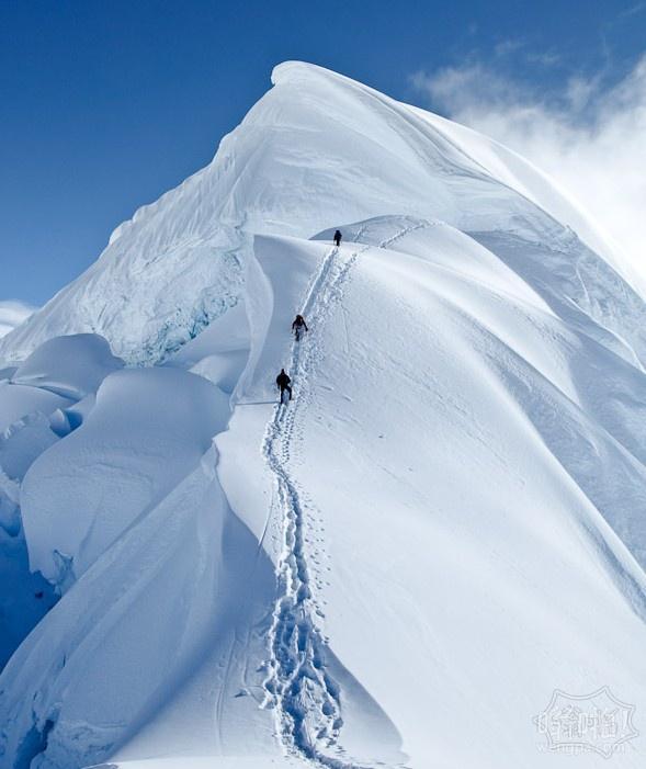 登山者攀登秘鲁高6354m的Nevado Chopicalqui山顶峰