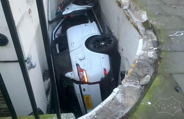 这不是一个地下停车位!80000英镑揽胜卡在一个地下室缝隙