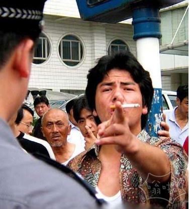 新疆一小偷偷面粉遭遇30名特警追堵