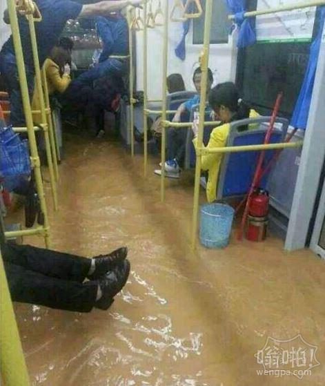 最近深圳暴雨公交被淹:乘客淡定坐公交,看官凌乱了