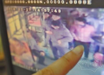 男乘客被女子贴身乱摸未制止:腰带被解钱包失窃(视频)