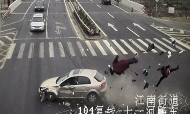 令人震惊的时刻:夫妇骑三轮车穿过红灯时被一辆车撞飞
