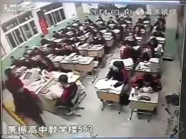 监控摄像头:一名男生在课堂上从窗户跳下自杀(视频)
