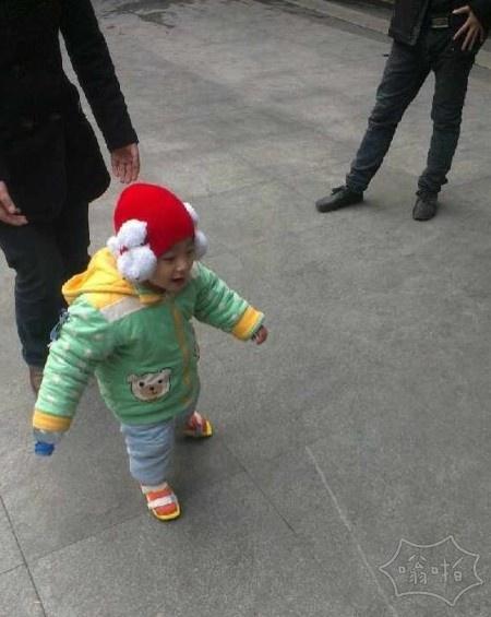 还记得重庆摔婴案里小原原吗?他站起来了