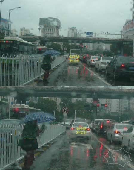 长沙老妇人在雨中撑伞卖报
