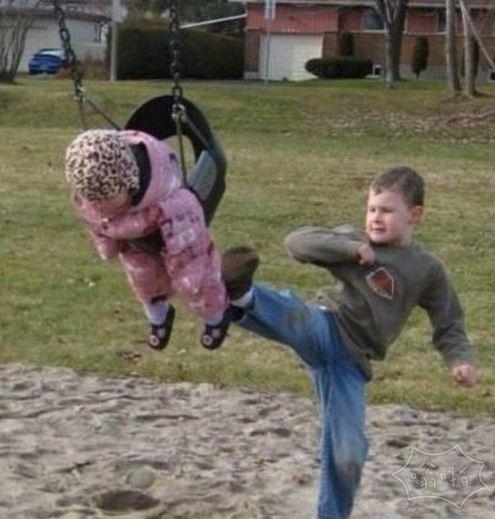 熊孩子,你就这么陪你弟弟玩么?