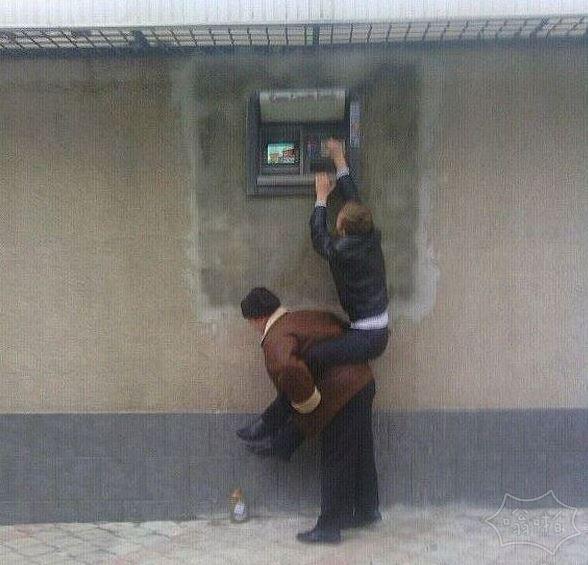 这ATM机应该是给姚明用的吧