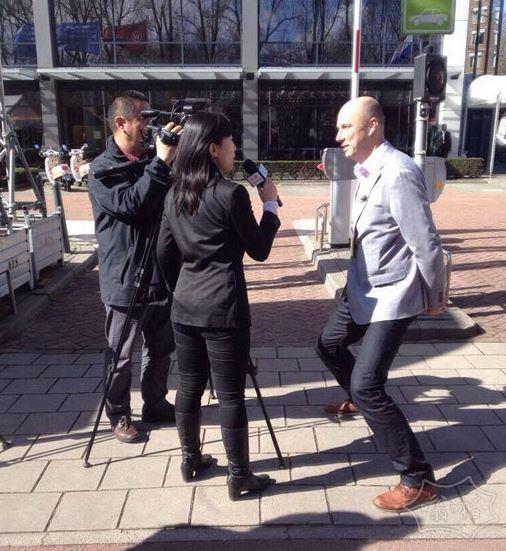 一位荷兰人在接受中国CCAV的采访…..