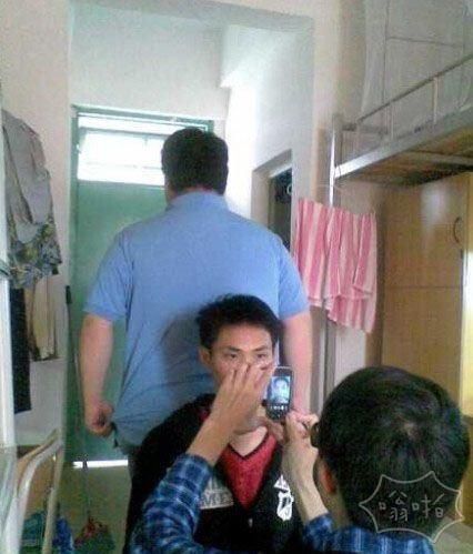同寝室一哥们为了照蓝底近照,请了隔壁宿舍的肥仔来帮忙!