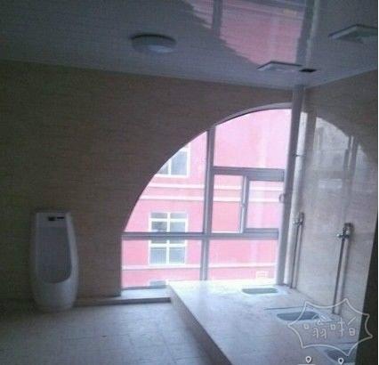 学校图书馆的厕所,宽敞,明亮!