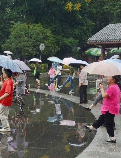 下雨了,你以为广场大妈可以休息了?太异想天开了