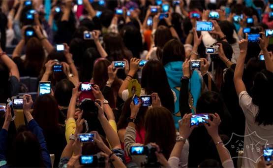 2014年4月23日,香港,韩国明星金秀贤出席代言活动。他的粉丝用手机拍照