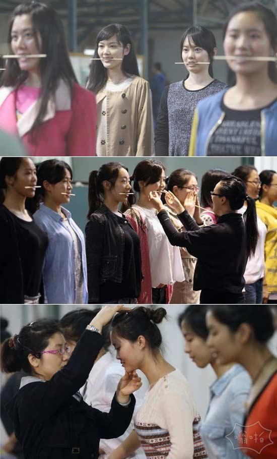 南京青奥会礼仪志愿者口含筷子练笑容