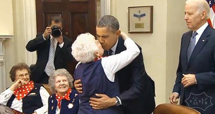 奥巴马遭老太嘴对嘴强吻 戏言请米歇尔原谅
