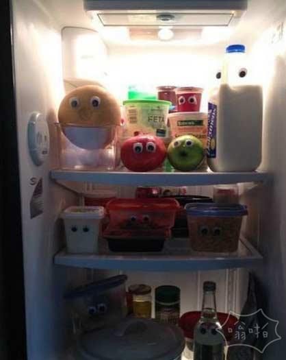 给冰箱里物品都贴上眼睛后,顿时热闹起来了